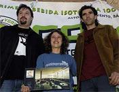 De izquerda a derecha; el Gerente de Cocomix, bebida que patrocina el evento, Nuria y Dani Andrada con su premio a la espectacularidad.- Foto: Desnivelpress
