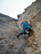 Manu Córdova en el largo 3 de Ravier a la cara norte de la Torre de Marboré.- Foto: Col. Equipo de Jóvenes Alpinistas / FEDME