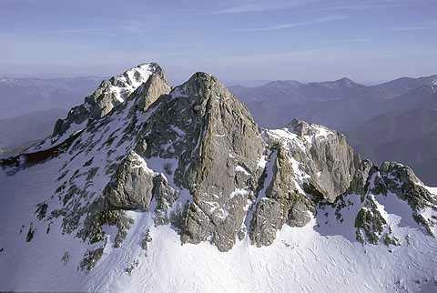 Pico de Santa Ana. El bilbaíno Pedro Udaondo abrió una ruta de escalada por este espolón en 1965.- Foto: Desnivelpress