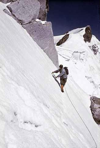 Pedro Udaondo bajo los seracs de la Brenva en el Mont Blanc (año 1962).- Foto: Desnivelpress