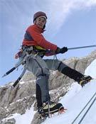 Miriam Marco escalando sobre hielo en la Cascada del Movison Gran en el Macizo de Cotiella.- Foto: Desnivelpress