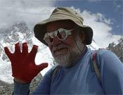 Kurt Diemberger en el campo base del Broad Peak en Julio 2004.<br>Foto: Desnivelpress