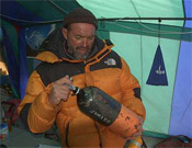 Juan Oiarzábal comprueba el estado de una botella de oxígeno en el campo base del K2.- Foto: Desnivelpress