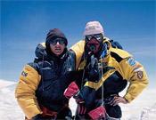 Chus Lago y un compañero de expedición, en la cima del Everest en 1999.- Foto: Desnivelpress