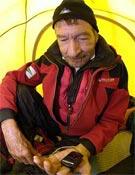Carlos Soria midiéndose las pulsaciones y el oxígeno.- Foto: desnivelpress.com