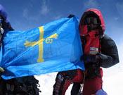 Rosa Fernández despliega la bandera asturiana en la cumbre del Everest.- Foto: Col Rosa Fernández