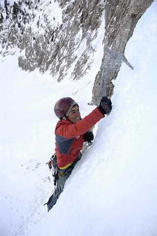 Miriam Marco escalando sobre hielo en la Cascada del Movison Gran en el Macizo de Cotiella.- Foto: desnivelpress.com