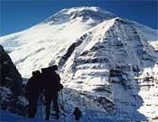 Roger Sellent y Josep Noguera frente a la Montaña Blanca.- Foto: Col. Sellent y Noguera