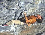 Nicolas Favresse sobre la excelente línea de Star Crack, 8b+ de fisura en Donner Summit, California.- Foto: Col. N. Favresse