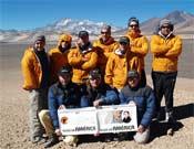 Los miembros de la expedición frente al Ojos del Salado.<br>Foto: Andes Magazine