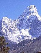 Ama Dablam (6.812 m). En la foto, vista de su arista noroeste (Tsuro Ri).- Foto: Jerónimo López