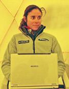 Edurne Pasabán, escribiendo la crónica de su retirada del Sisha, el año pasado.- Foto: edurnepasaban.com