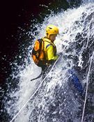 Descendiendo por una cascada. Foto: Darío Rodríguez/Desnivelpress.