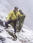Chris Bonington recogiendo cuerda durante una ascensión.Foto: Darío Rodríguez/Desnivelpress.