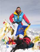 El alpinista canario en la cima de la cumbre más alta del planeta.- Foto: Col. J. D. Amador