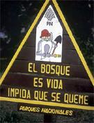 """Cartel que reza """"el bosque es vida, impida que se queme"""".<br>Foto: desnivelpress.com"""