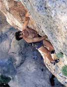 Ernesto López escalando en el Sector Pilas Alcalinas en Montanejos.- Foto: desnivelpress.com