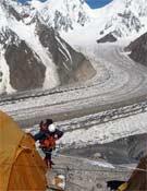 Llegada de la expedición de Carlos Soria a su Campo I en el Broad Peak.- Foto: Col. Carlos Soria