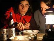 Josune y Rikar Otegi palillo en mano y atacando la cena.- Foto: desnivelpress.com
