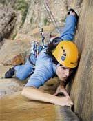 Josune Bereziartu sobre una fisura de dedos de 6a+ en el segundo largo de Divina Comedia, en la Pared de la Fraucata.- Foto: desnivelpress.com