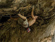 Pablito Barbero negociando Hulk (8c) en La Cueva de Alí Babá, en Rodellar.- Foto: desnivelpress.com
