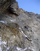 Neil Brodie en un tramo de roca sin seguros, a 900 metros en la Bonatti-Vaucher.- Foto: Col. Jon Bracey