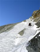 Escalando el difícil muro vertical de hielo.- Foto: Col. Josune y Rikar
