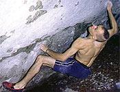 Markus Bock en Maharadscha, 8b de bloque.- Foto: climbing.de