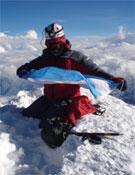 Hasta la cumbre en dos días, en estilo ligero y con la bandera argentina.- Foto: Col. Cevallos y Sachi