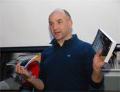 Picazo mostrando sus guías de Ansó y Montserrat, ayer en la Librería.<br>Foto: desnivelpress.com