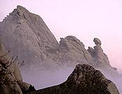 El Cancho de la Herrada (Pared de Santillana), a la izquierda, y el Mogote de los suicidas, Pedriza posterior.- Foto: Desnivelpress.com