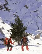 Dos esquiadores ante la nieve cuarteada por un alud.- Foto: desnivelpress.com
