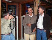 Darío caza a dos peñalaros en la Librería Desnivel, Carlos Muñoz-Repiso y Jerónimo López, el 24 oct 2007.- Foto: Ángel Pablo Corral