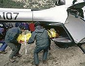 Un helicóptero de la Guardia Civil evacua a un herido durante un rescate.- Foto: Darío Rodríguez