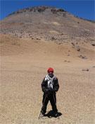 Marcelo Scanu a los pies del Volcán Bertrand.- Foto: Cortesía de Marcelo Scanu