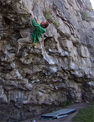 Neil Dyer sobre Silk cut, nuevo 8b+ en el Norte de Gales.- Foto: Si Panton / northwalesbouldering.com