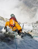Simon afrontando uno de los largos de Chekmate (2.000 m, M7+, IV, 85º, estilo alpino).- Foto: Ueli Steck