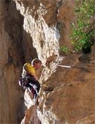 Andreas sobre la roca bermeja de Hotel Supramonte.- Foto: Cortesía de Andreas Bindhammer