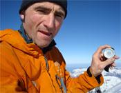 Ueli en la cima del Eiger con el cronómetro que marca su récord.<br>Foto: Col. Ueli Steck