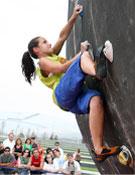 Una competidora durante la tercera prueba de la Copa de Cantabria de Búlder.- Foto: Cortesía de la Organización
