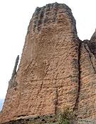 Vista del Mallo Pisón, y a la izquierda, semiadosado, la afilada silueta del Puro.- Foto: desnivelpress.com