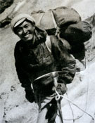 Tenzing Norgay, primer hombre, junto a Sir Edmund Hillary, en la cima del Everest.- Foto: desnivelpress.com