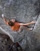 Favresse sobre Cobra crack, posible 8c de escalada tradicional, en Squamish.<br>Foto: Ben Ditto