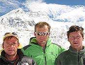 Latorre, Iñurrategi y Juan Vallejo con la norte del Everest a sus espaldas.Foto. bbk.es
