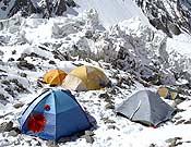 Tiendas del campo base avanzado del K2, en la base del Espolón de los Abruzzos.- Foto: desnivelpress.com