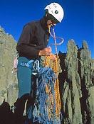 Preparando un rápel en el Torreón de los Galayos.- Foto: Ángel P. Corral