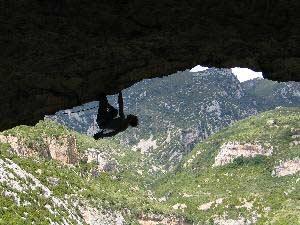ave sobre Los Borrachos de Mascún (8c+/9a) en Rodellar.Foto: Cedric Larcher/kairn.com