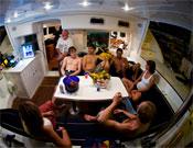 Un momento de relax en el catamarán que llevó al equipo de Red Bull durante una semana por las paredes mallorquinas.- Foto: Damiano Levati / Red Bull Photofiles