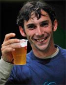 Cuco abriendo la veda de la birra (si es que estaba cerrada) la noche del sábado.- Foto: desnivelpress.com