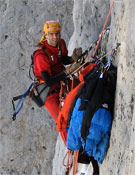 Pelut durante la primera repetición de Tramuntana, A4+ y 7a+ al Naranjo de Bulnes.<br>Foto: desnivelpress.com